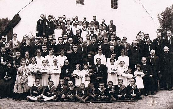 Primice Josefa Dichtla v roce 1933, Hitlerovým nástupem k moci tak osudovém pro Německo i svět, měla podle tohoto snímku věru bohatý, nejen snad rodinný, o budoucím vývoji věcí rozhodně však nic netušící doprovod