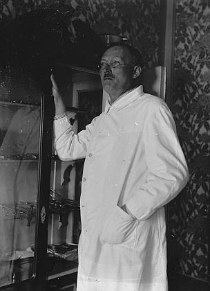 V roce 2015 byly v Benešově nad Černou objeveny negativy, podle popisu krabiček se část vztahuje i k rodině Dickových: lékař na snímku z roku 1912 by tedy s velkou pravděpodobností mohl být Theodor Dick, mladý lovec s přihlédnutím k zájmům Waltera Dicka o lesnictví a podobnosti rysů by mohl být on sám