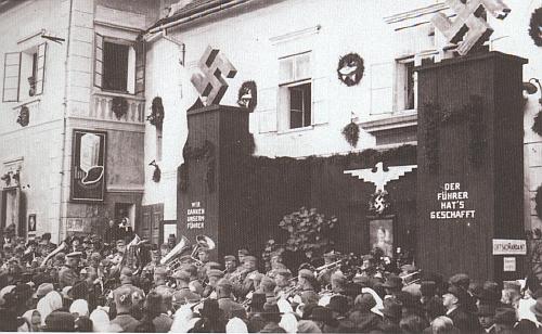 Německý Benešov roku 1938 - jeden z nápisů hlásá: Vůdce do dokázal