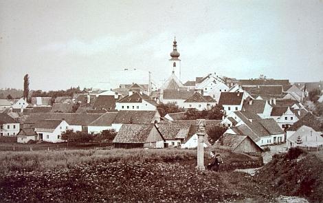 Benešov nad Černou na pohlednici z dvacátých let dvacátého století, vpředu s božími mukami u hřbitova