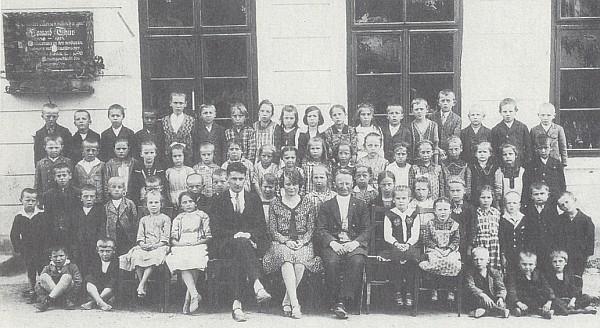 Před slavkovskou školou v roce 1927 v první řadě uprostřed, vpravo vedle ní farář Siegmund Auer