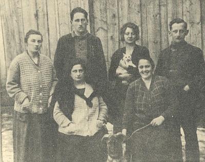 V Dolní Vltavici jako mladá učitelka ve školním roce 1924/1925 s kočkou v náručí