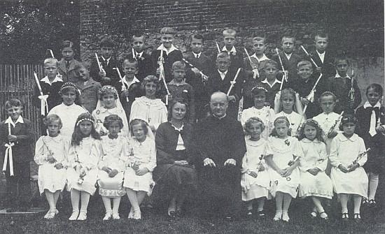 Spolu s děkanem Ottomarem Rauschem se žáky školy v Chvalšinách při prvním svatém přijímání žákovských ročníků 1928 a 1929