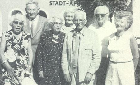 Při setkání maturantů z německého učitelského ústavu v Českých Budějovicích po60 letech roku 1984 v bavorském Freyungu stojí první zprava