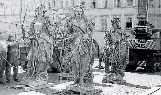 Sochy měšťanských ctností sejmuté z radniční římsy při rekonstrukci v osmdesátých letech 20. století...
