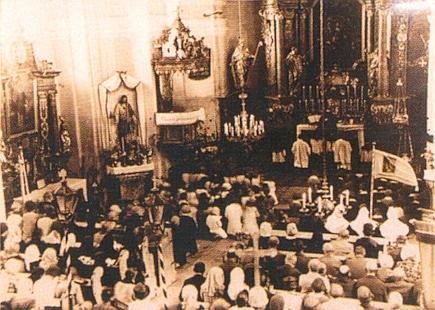 ... kostel svaté Barbory v rodné obci při mši také někdy před rokem 1945...