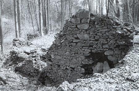 Záběr téhož objektu u rybníka Amerika na snímku z roku 1931 azříceniny budovy dnes