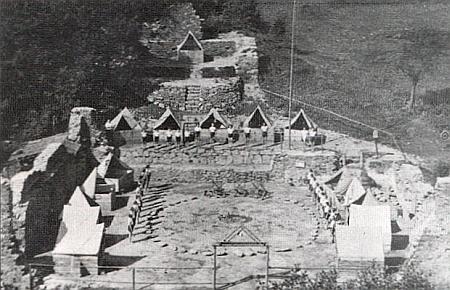 Tady je už bývalá leštírna ve Fichtenbachu využita jako zříceninová kulisa tábora domažlických skautů v roce 1937