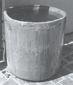 Sklářské pánve z fichtenbašské sklárny slouží dnes na Folmavě jako nádoby nadešťovou vodu