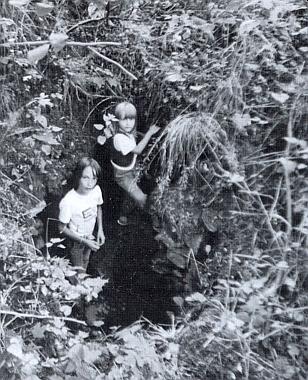 Zbytky propadlého stropu na snímku z roku 1991 jsou jedním z mála pozůstatků Dimterovy rodné vsi Kubička