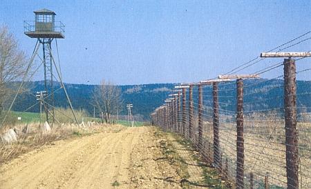 """Snímek z března roku 1989 připomíná vzhled československé """"železné opony"""" u Spálence"""