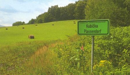 Jen tato místní tabule svědčí o tom, že zde kdysi stávala Kubička, za jeho narození zvaná Plassendorf, kde v devíti usedlostech žilo 47 obyvatel, z toho 41 Němců