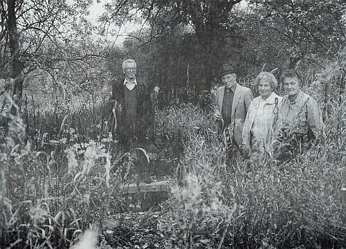 Na místě, kde stál v Bučině její rodný dům, je se svými sourozenci ta druhá zprava
