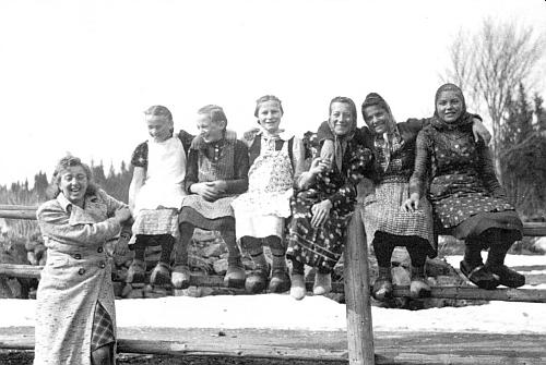 Na snímku, který Erna Dittrichová zaslala do krajanského měsíčníku, je zachycena roku 1941 jejich někdejší učitelka v Bučině Rosa Tahedlová (Erna mezi děvčátky v dřevácích nesedí)