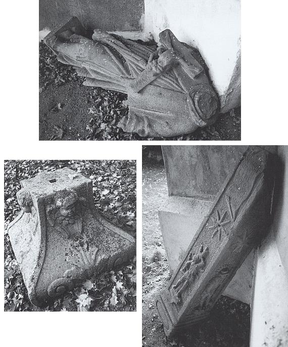 Tři snímky z roku 2007 zachycují rozebraný a značně poškozený kamenný pilíř se sochou sv. Jana Nepomuckého z roku 1724, obklopený původně kamennou balustrádou a stojící na náměstí v Horním Dvořišti, v kusech později odložený na hřbitově při přesbytáři zdejšího kostela (viz i Julius Kroner)...