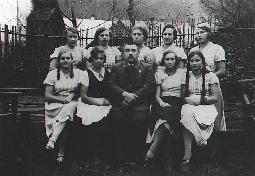 Jako městský tajemník v Rožmberku nad Vltavou mezi místními děvčaty na snímku z roku 1932