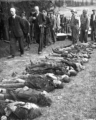 Pochody bez hudby - Volary na konci 2. světové války: němečtí civilisté procházejí kolem těl židovských žen, které zemřely v důsledku pochodu smrti