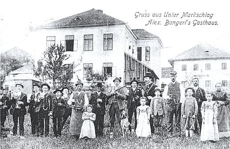 Škola v zaniklé dnes Dolní Hraničné ještě za idylických časů před první světovou válkou, za níž se ona v roce 1916 narodila, na staré pohlednici (za školou napravo Bangerlův hostinec) - viz i Alois Sonnleitner