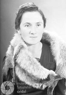 """Na snímku fotoateliéru Seidel s datem 14. listopadu 1942 je zachycena """"sliškou"""" v době, kdy ve válečném """"Krummau an der Moldau"""" učila na zdejší dívčí škole"""