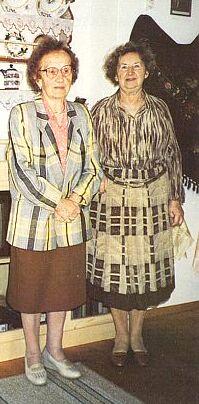 S Marií (Mitzi) Konstanzerovou v rodácké jizbě Hornoplánských vUlrichsbergu (Anna Dolzerová vpravo)