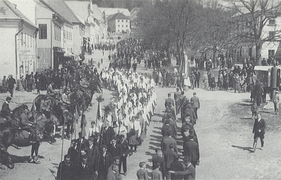 """Tento snímek """"velikonoční jízdy"""", pořádané v Horní Plané 17. dubna 1933 německým Svazem venkovské mládeže (Bund der Landjugend), poslala 15 let před svou smrtí do krajanského měsíčníku (v roce, kdy se slavnost konala, jí bylo 17let)"""