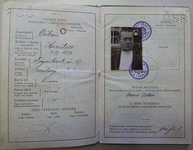 Dvě stránky z jeho cestovního pasu