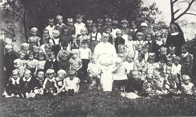 Roku 1938 je tu zachycen mezi dětmi mateřské školky ve Frymburku