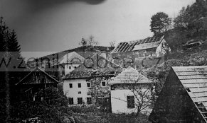 """Zánik Jasánek: na snímku je patrna kaple a kříž, než bylo všechno postupně zničeno """"buldozerovou brigádou"""""""