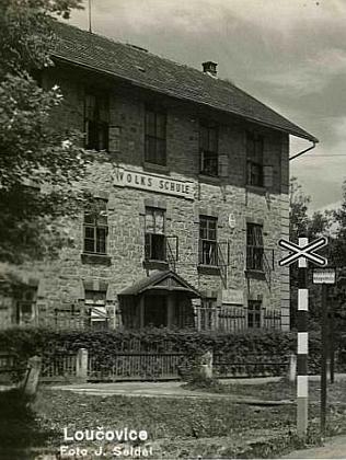 Loučovická škola na výřezu pohlednice Josefa Seidela