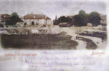 Dno někdejšího Krumlovského rybníka s městským divadlem v pozadí na pohlednici rovněž z doby kolem roku 1900