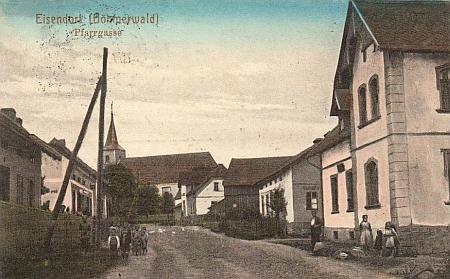 """""""Farní ulice"""" v Železné na staré pohlednici"""