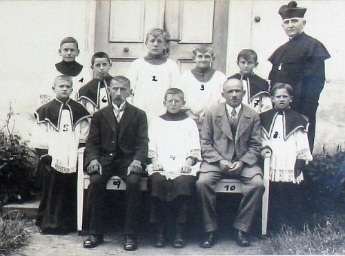 S ministranty a zaměstnanci správy kostela v Železné v roce 1936
