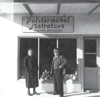 Rodiče roku 1961 před otcovou čalounickou firmpu vMoosburgu