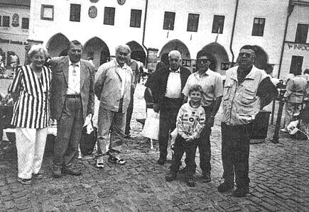 S krajany na náměstí v Českém Krumlově (první  zprava, druhý zleva stojí Richard Franz)