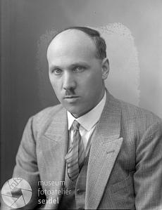 Jeho otec Hans Doyscher na snímku zfotoateliéru Seidel z téhož dne