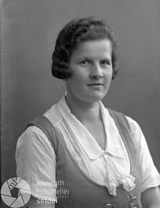 Maminka Margarete Doyscherová na snímku z fotoateliéru Seidel, datovaném 21. července 1935
