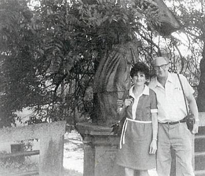 Se svou paní Elisabeth u Nepomuka při krumlovském mostě