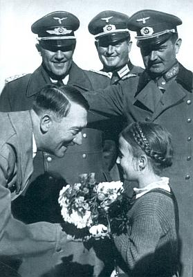 """Co asi bylo dál s  onou malou dívenkou zdravící """"Vůdce"""" za jeho návštěvy vČeském Krumlově vříjnu 1938 na snímku z nacistické propagační publikace?"""