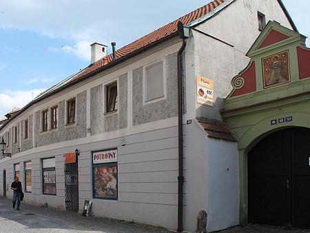 Dům v Linecké ulici, kde bývalo otcovo čalounictví, na snímku Franze Seidela     ze sedmdesátých let 20. století azroku 2017 (viz i Helmut Doyscher)
