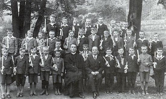 Je tu zachycen se spolužáky ročníku narození 1928 v červnu 1937 u příležitosti prvního svatého přijímání, k němuž je přivedli jejich učitelé Josef Dichtl a Isidor Stögbauer