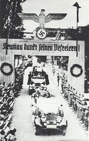 """Tak vyhlíželo """"osvobození"""" Krumlova, psaného tu ještě s jedním """"m"""" (za války byl přezván na """"Krummau an der Moldau"""") - ten muž se vztyčenou pravicí v prvém automobilu je sám """"Vůdce"""" Adolf Hitler"""