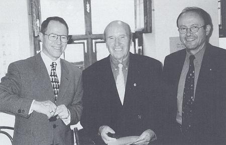 Stojící uprostřed při převzetí čestného odznaku bavorského předsedy vlády v roce 1999, vlevo na snímku starosta města Ingolstadt Peter Schnell, vpravo státní tajemník Hermann Regensburger