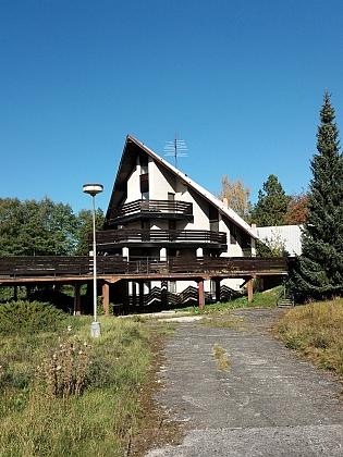 Jeho předkové žili v Leptači na čp. 7 a 14 - zatímco čp. 14 stále stojí, čp. 7 nahradila poněkud bizarní stavba dnes opuštěného a chátrajícího penzionu (2018)