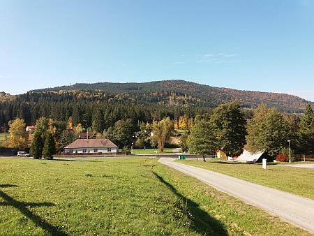 Pohled na část obce Leptač, vlevo stojí budova bývalé školy