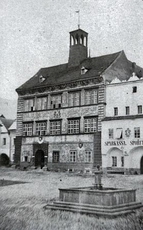 Nejstarší dochovaná fotografie staré prachatické radnice, jak vyhlížela před rokem 1884