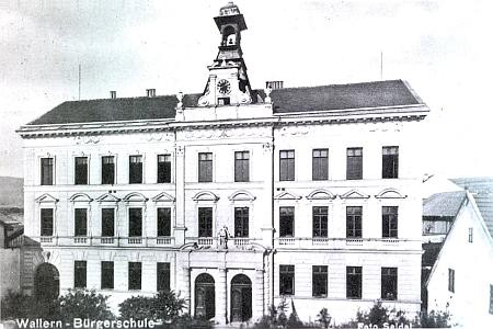 Budova měšťanské školy ve Volarech na staré pohlednici Josefa Seidela...