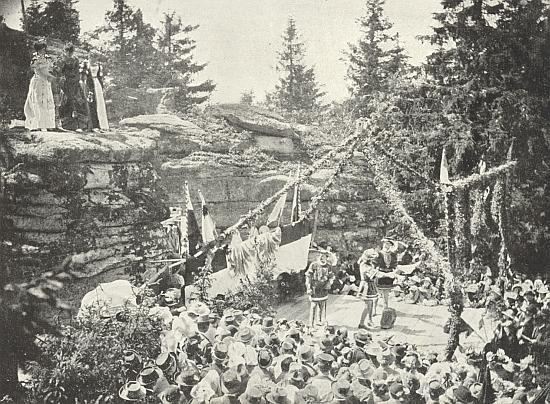 Scéna z prvního jednání jeho hry o pannách z Třístoličníku na snímku budějovického fotografa Franze Haase