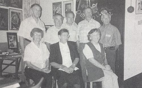 """Hornodvořišťský """"ročník 1927"""" při setkání v Reichenthalu 16. srpna roku 1997: on je tu stojící první zprava, druhý zleva stojí Felix Denkmayr"""