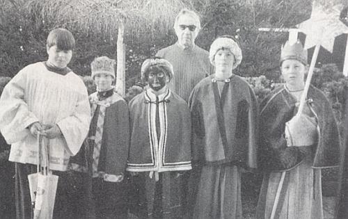 Na Tři krále 1997 stojí na zahradě v Denkhofu s malými koledníky