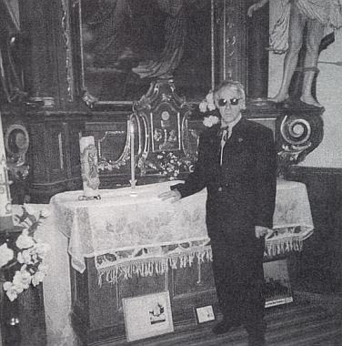 Pod mariánským oltářem, kde stojí jeho svíce od svatého přijímání v roce 1934, kdy mu bylo 7 let